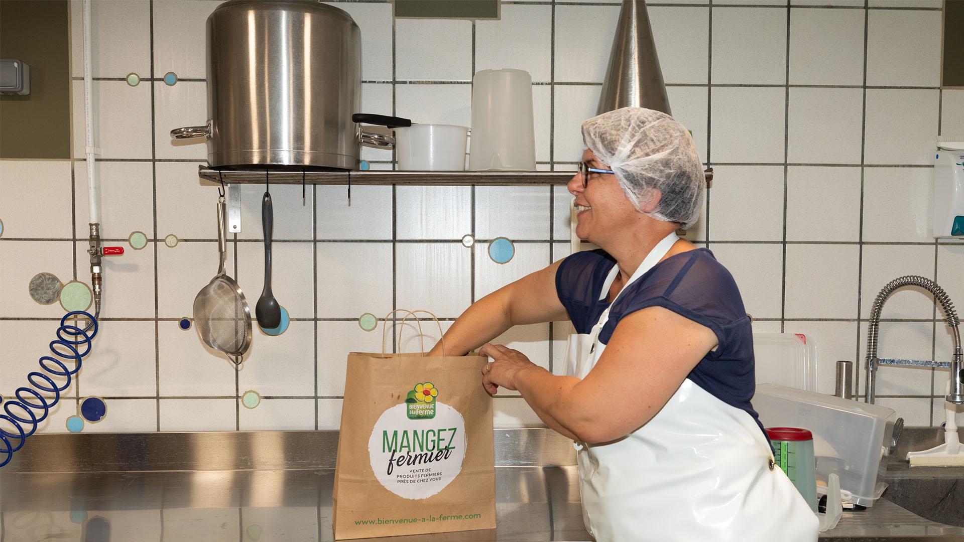 Préparation de yaourts de brebis à la Ferme Landran